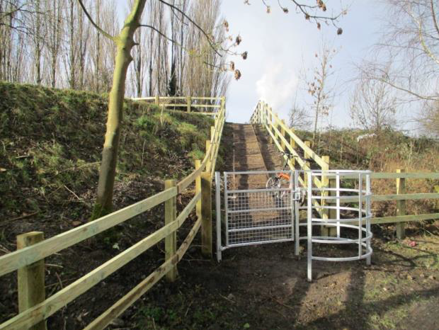 Photo © Sustrans: Access onto the viaduct from the Main Street, Torksey with new fencing and kissing gate.